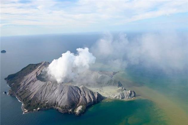 فوران آتشفشان در نیوزیلند؛ حداقل پنج نفر کشته شدند