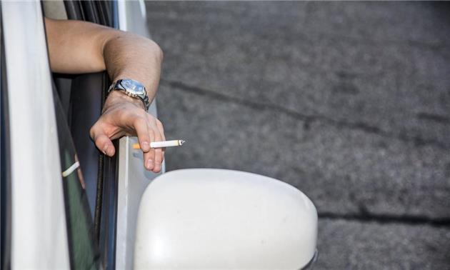 جریمه ۱۱۰۰۰ دلاری پرتاب سیگار از خودرو